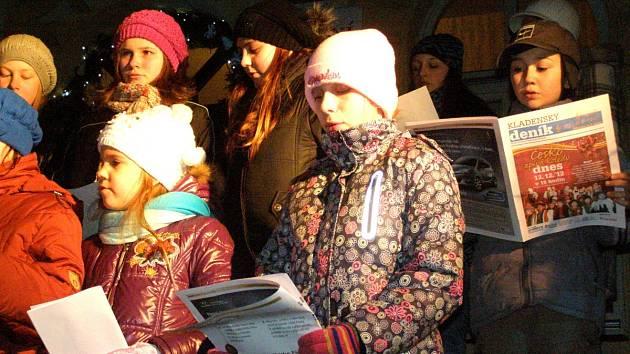 Česko zpívá koledy se ve středu koná také na Masarykově náměstí v Lánech.