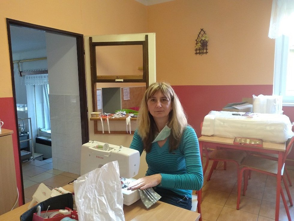 Zaměstnankyně Školní jídelny ve Smečně ani po práci nezahlejí a šijí roušky potřebným.