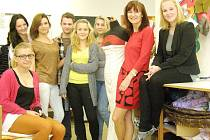 Budoucí módní návrháři s Beatou Rajskou.