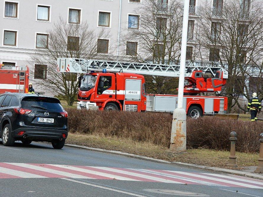Výjezd kladenských hasičů ve čtvrtek 2. března krátce po poledni, kdy se uvolnily plechy na římse školní budovy v ulici Cyrila Boudy v Kladně.