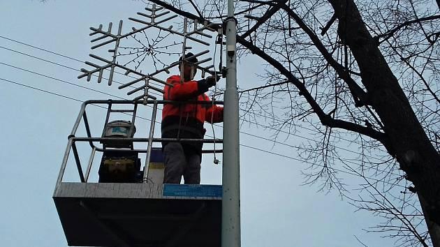 Instalace výzdoby v Nosačické ulici ve Slaném