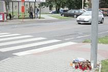 U PŘECHODU v Unhošťské ulici zapalují lidé svíčky.  Foto:  (mon, kat)
