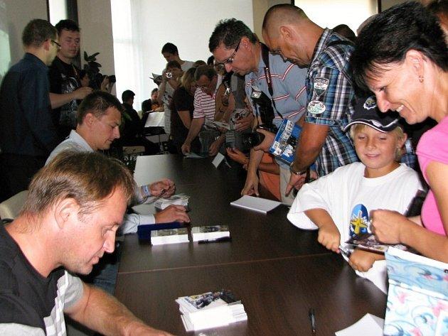 Výstava Jiřího Koliše k Naganu 1998: Fanouškům se podepisovali také Pavel Patera s Liborem Procházkou