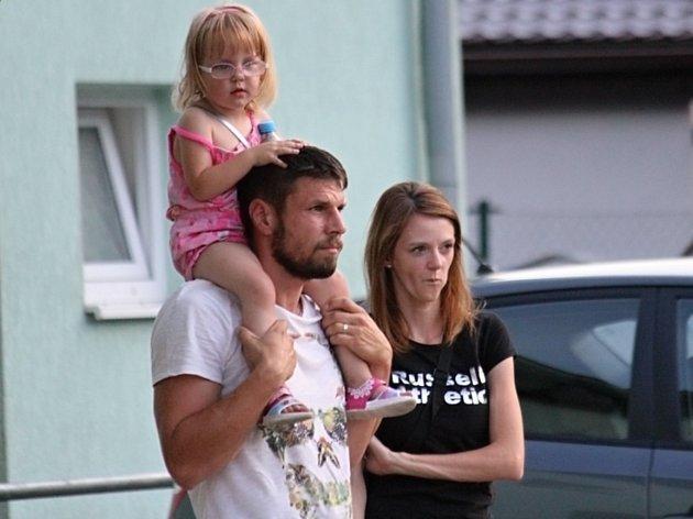 Lhota (v bílém) nestačila doma ani na Jíloviště. Smutný Lukáš Havelka s rodinou, dostal trest na jeden rok za zranění rakovnického Hornofa.