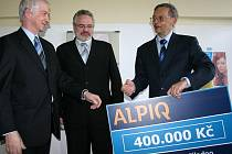 GENERÁLNÍ ředitel Alpiq Generation Milan Prajzler (vlevo) předává šek spolumajiteleli P–P Kliniky Přemyslu Zděnkovi. Uprostřed na snímku je kladenský primátor Dan Jiránek.