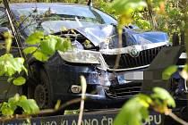 U Kladna boural motorkář, srazil se s dvěma auty, jedno potom narazilo do stromu.