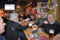 Ze setkání bývalých gymnazistů, kteří si říkají Zubři, v restauraci U České Lípy v Kladně.