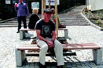 VLADIMÍR LÍBA, předseda spolku Podprůhon, na nově opraveném náměstíčku pojmenovaném po zakladateli Kladenských dvorků Viktoru Stříbrném.