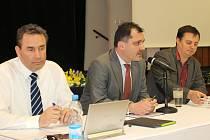 Novým starostou Slaného se stal Martin Hrabánek (ODS) uprostřed. Vlevo dosavadní 2. místostarosta Pavel Zlámal (ANO), vpravo na snímku dosavadní 1. místostarosta Milan Grohmann (bezpartijní).