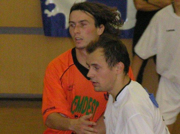 V dnešním semifinále Slancova memoriálu se představ í také Martin Fitko (v bílém) z SK Kladno.