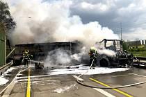 Požár autobusu a tahače na Pražském okruhu.