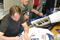 Zatím se fanouškům podepisovali, teď jim společně zapějí - Pavel Patera a Jiří Bicek.