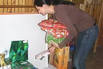 Dárky pro děti z dětských domovů zaměstnanci kladenského magistrátu schraňují celý prosinec. Rozvážet je začnou již dnes, děti je však dostanou až na Štědrý večer.