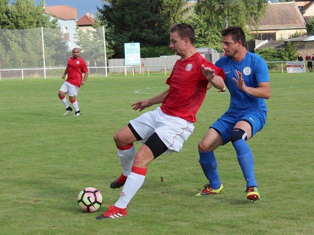 Tuchlovice (v červeném) prohrály doma s Hvozdnicí 0:1. Vlevo Pavel Hafenrichter