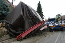 Dopravní nehoda kamionu s rozměrným nákladem zablokovala dopravu v obci Vítov.