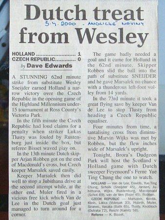 Důkaz. Novinový článek dokumentující, že si lukáš Tlustý skutečně zahrál proti Arjenu Robbenovi a Wesley Sneiderovi.