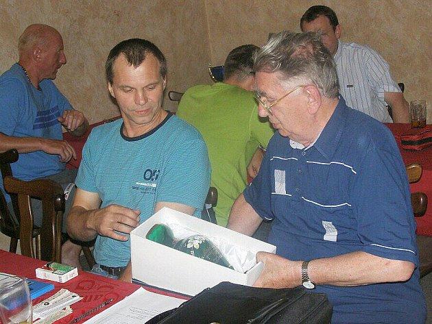 Losovací aktiv OFS Kladno (16.7. 2011), vpravo Jiří Karel