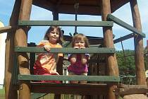 Na prolézačku u Hradu Kocour si rády vylezou i tříletá Klárka a šestiletá Agátka.