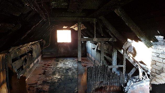 Myslivecká chata vLibovici málem lehla popelem, lidé chtějí pomoci sjejí záchranou.
