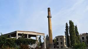 Odstřel továrního komína v Benaru ve Slaném kolem poledne 2. října 2021
