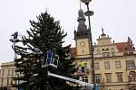 Instalace výzdoby na kladenském náměstí Starosty Pavla.