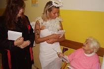 Mikuláš, anděl a čert včera navštívili Domov pro seniory v Kladně.