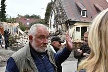 STATIK Martin Trčka (uprostřed) rozhodl o tom, že výbuchem poškozený dům Humlových  je nutné zbourat.