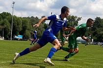 Fotbalisté Slovanu Velvary (v modrém) sehráli přípravu s Loko Vltavín. Prohráli 1:2.