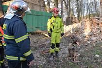 INSPEKTOR Filip Štrach se psem Grysonem Mi-Ji  při nedělním zásahu v Knovízi.