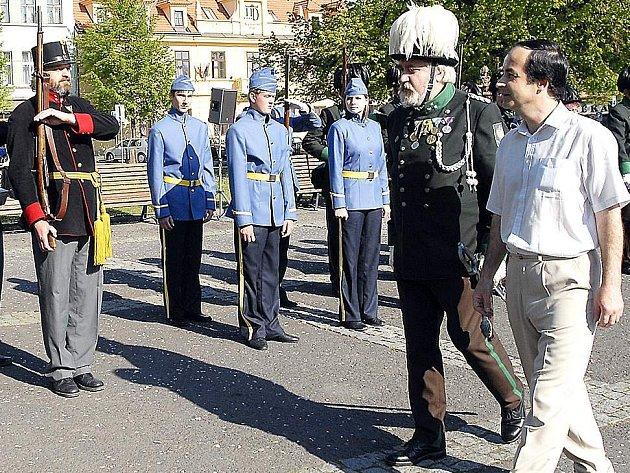 Ostrostřelce si prohlédl i slánský starosta Ivo Rubík (vpravo).