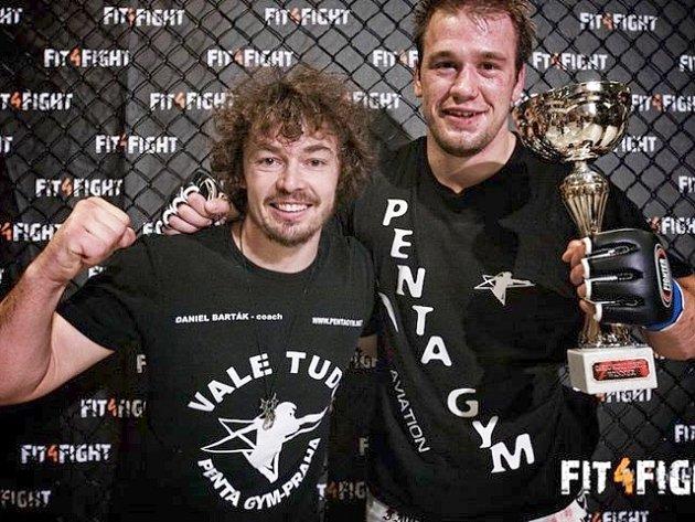 Daniel Barták (vlevo) s Viktorem Peštou po vítězném zápase v Dánsku.