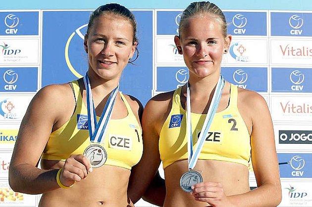 Gabrielu Kotvovou (vpravo) a její spoluhráčku Veroniku Dostálovou hřeje stříbro z ME 18 v Portugalsku.