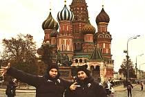Radek Smoleňák (vlevo) a Jakub Valský před Chrámem Vasilije Blaženého na Rudém náměstí v Moskvě.