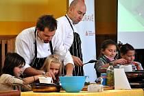 Kuchařská dvojice Ondřej Slanina a Filip Sajler, známí z televizního pořadu Kluci v akci, ve čtvrtek zavítala do Základní školy ve Vodárenské ulici v Kladně (8. ZŠ), aby u dětí zábavnou formou propagovala zdravé stravování.