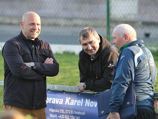 Fotbalový trenér Miroslav Supáček (vpravo) při fotbale.