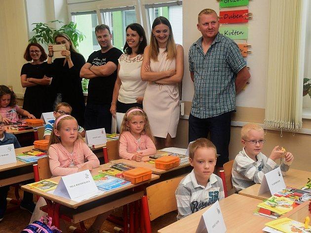 První školní den déšť nepokazil. Na Kladensku vítali děti v národních barvách.