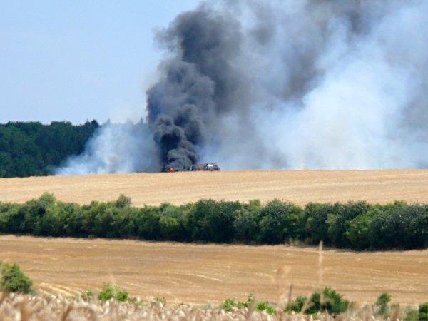 Hořící pole a traktor uSlatiny