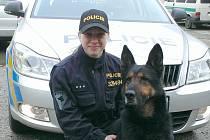 POLICEJNÍ PSOVODKA Barbora Karbusická se zkušeným osmiletým služebním psem Virdou.