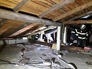 Fotografie z větrné pohromy v Chrášťanech, kdy vichr lámal stromy, trhal střechy i zničil stodolu