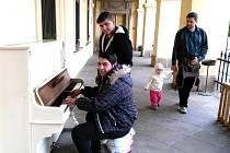 VOJTA BALÁŽ ze Slaného u klavíru v podloubí vlastivědného muzea.