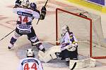 Rytíři Kladno - HC Pardubice, 31. kolo ELH 2012-13, 19.12.12. Jan Dalecký střílí rozhodující gól.