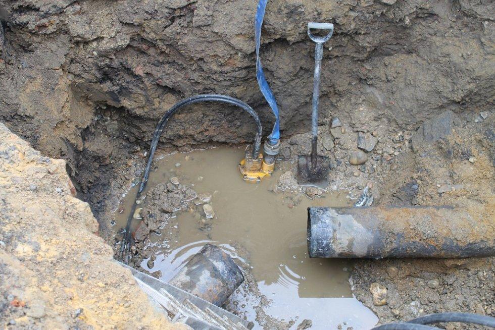 Odstraňování havárie vodovodního potrubí ve Slaném