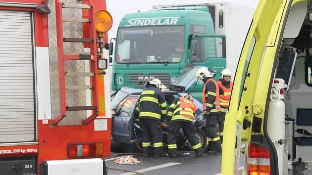 Vážná dopravní nehoda se stala dopoledne 20. listopadu na silnici I/7 u Slaného na exitu u Kvíce. Nehoda ochromila silnici na několik hodin.