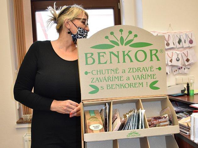 Lenka Smiešková ve svém bylinkovém obchůdku.