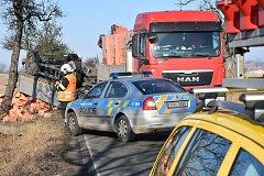 Nehoda náklaďáku naloženého cihlami se stala ve středu dopoledne nedaleko Klobuk na Kladensku. Kamion vjel na nezpevněnou krajnici, přičemž se přívěs převrátil do příkopu.