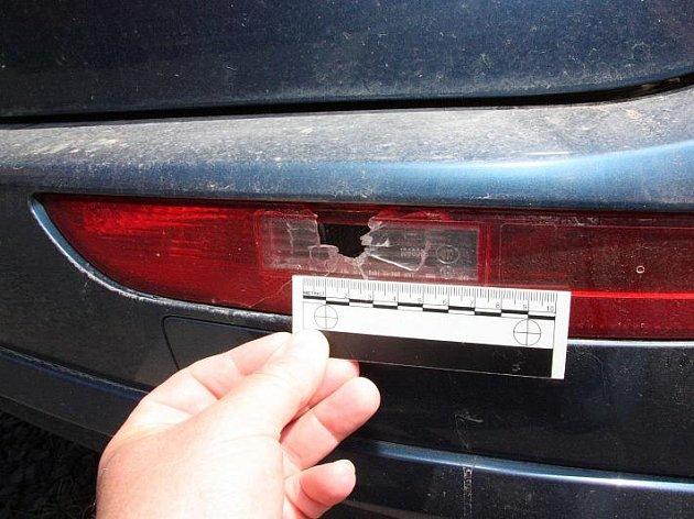 Audi si z první honičky odnesla několik průstřelů z policejních zbraní.