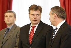 Zasedání poslanecké Sněmovny 7. listopadu v Praze. Zleva Roman Pekárek, Pavel Bohatec a Miroslav Bernášek.