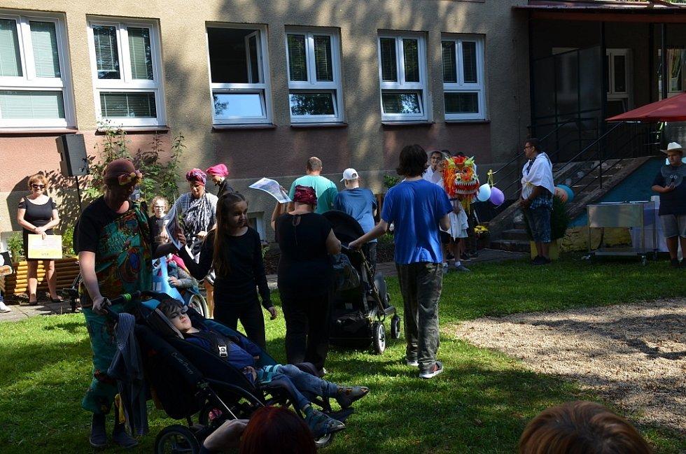 Slunce svítí dětem ve stochovské škole už 30 let.
