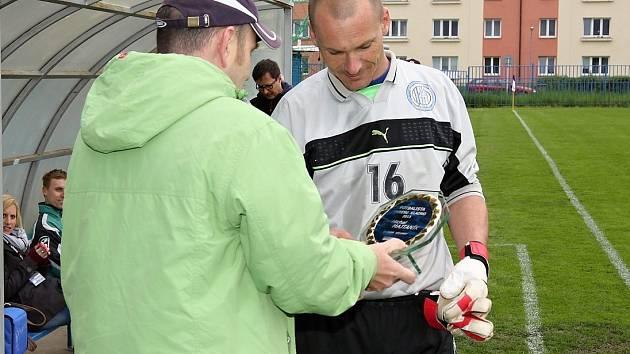 Michal Majtaník přebírá od redaktora Deníku Rudolf Muziky cenu pro Fotbalistu Kladenska za rok 2013.
