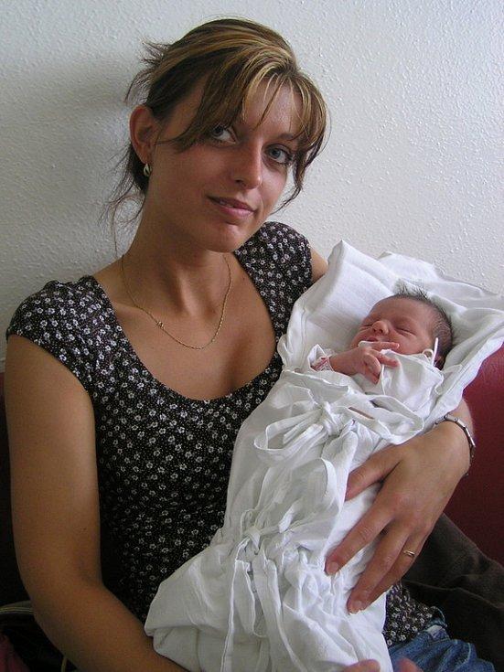 Adéla Lindová, Kladno, foto s tetou, 17. 7. 2008, váha 2,80 kg, míra 47 cm, rodiče Naďa Královičová a Václav Landa (porodnice Kladno).